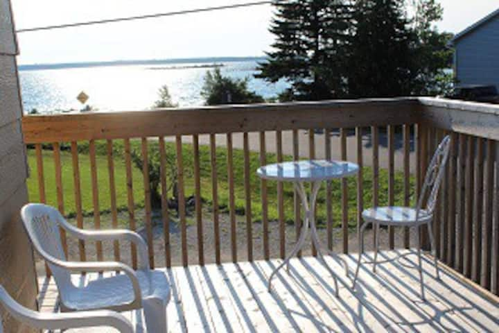 Lookabout Bay Waterview Cottage - The Lakehouse
