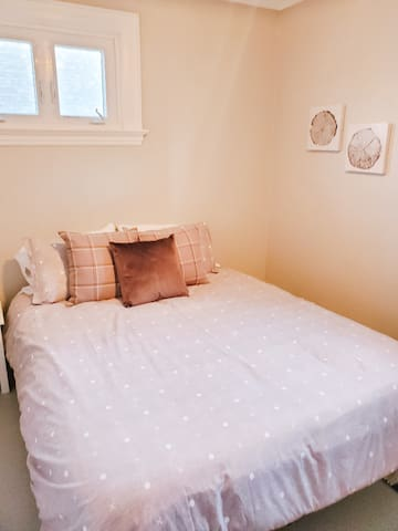 Queen size bed with access to balcony