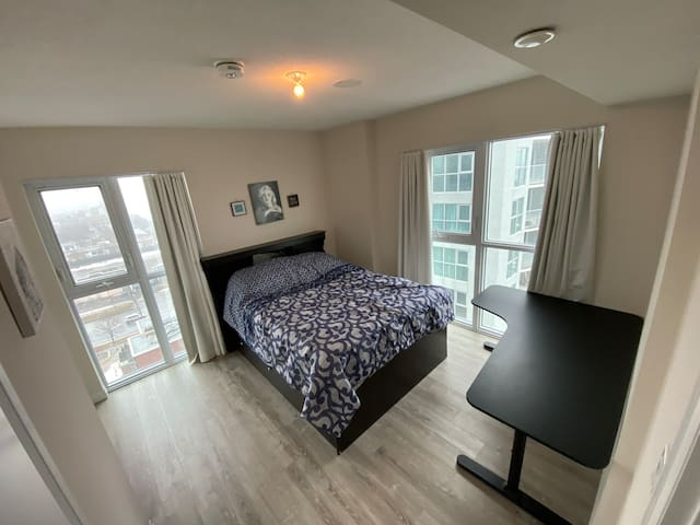 Beautiful bright condo with an amazing view!