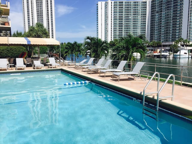 NICE 2/2 in Sunny Isles - one block to the beach - หาด Sunny Isles - อพาร์ทเมนท์