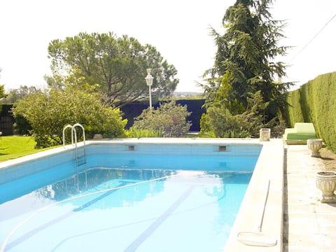 Chalet con piscina, naturaleza cerca de Madrid