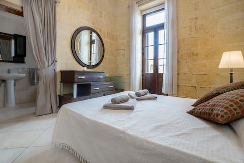 Dormitorio doble con baño privado y piscina
