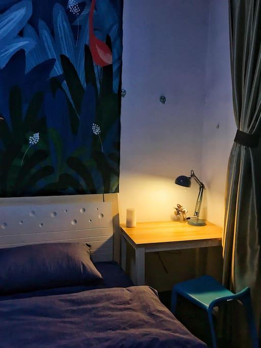 书桌和台灯