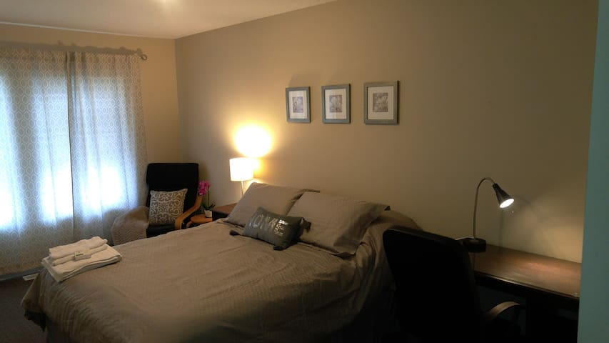 Large comfy private room with Queen Bed - Kitchener - Stadswoning