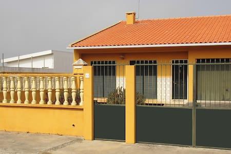 Maison de plein pied avec jardin - Rumah