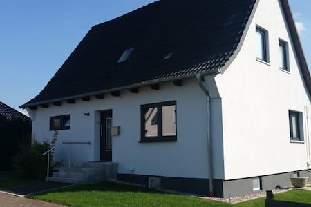 Direkter Blick auf`s Wasser - Fahrdorf - Rumah