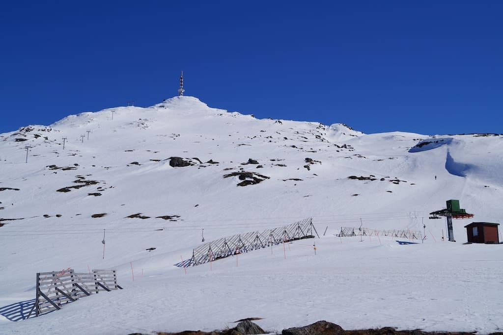 Øvre fjellheisstasjon og Linken 1004 moh.