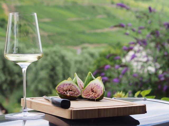 Weißwein und Feigen aus dem Garten - so lässt sich leben