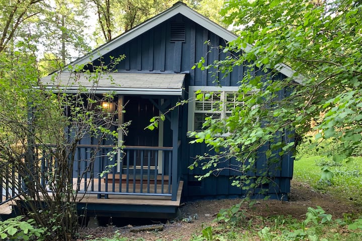 Creekside Cottage:- relax in nature, walk to town!