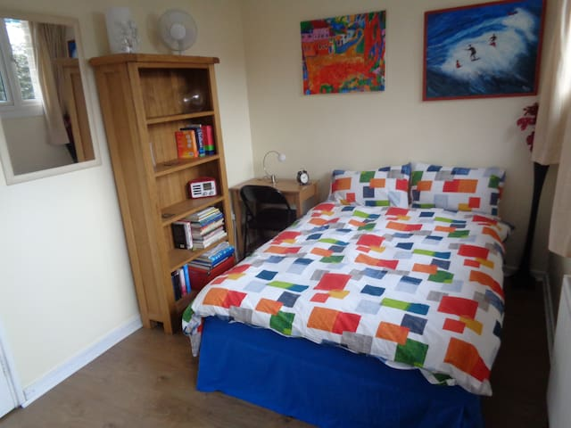 Arty double room in quiet,safe area - London - House