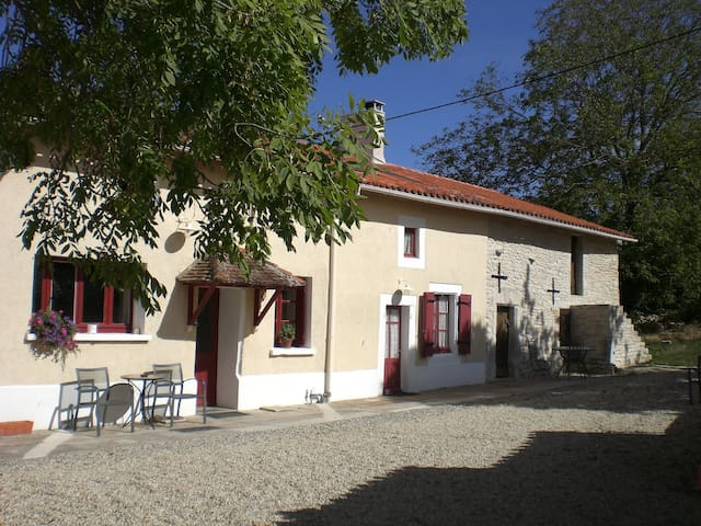 2-bed/2 en-suite 19c rural cottage - Benest - 一軒家