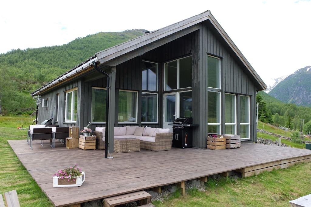 Stor veranda,med sofa og gass-grill