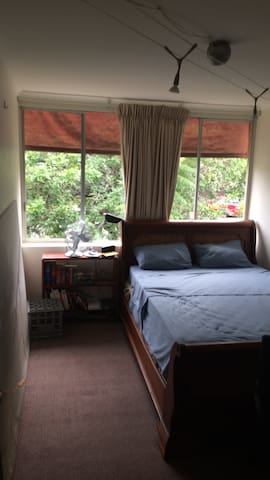 Master Bedroom in Cosy & Central Two Bedroom Flat - Auchenflower - Lejlighed