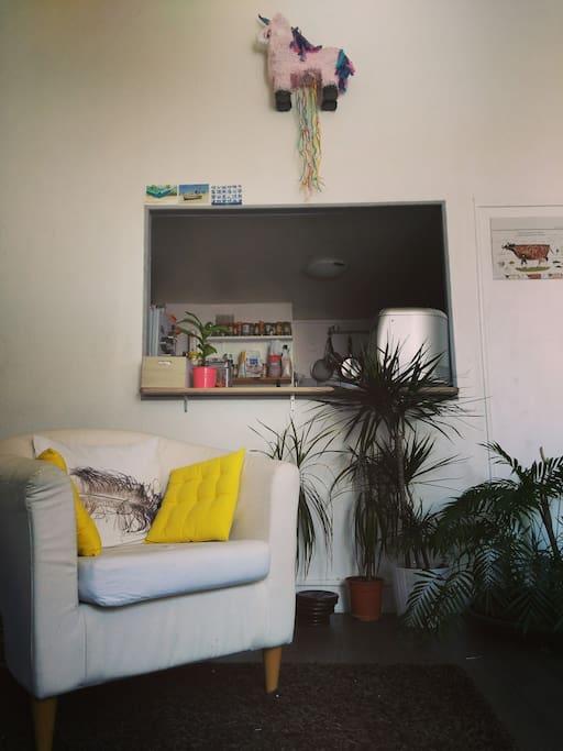 La cuisine est ouverte sur le salon ensoleillé. Convivialité assurée ! // Kitchen open on sunny living room. Friendliness ensured !