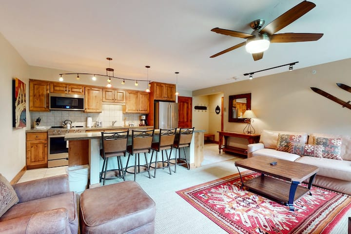 Ski-in/out condo w/fireplace, great view, fast WiFi & shared pool, hot tubs, W/D