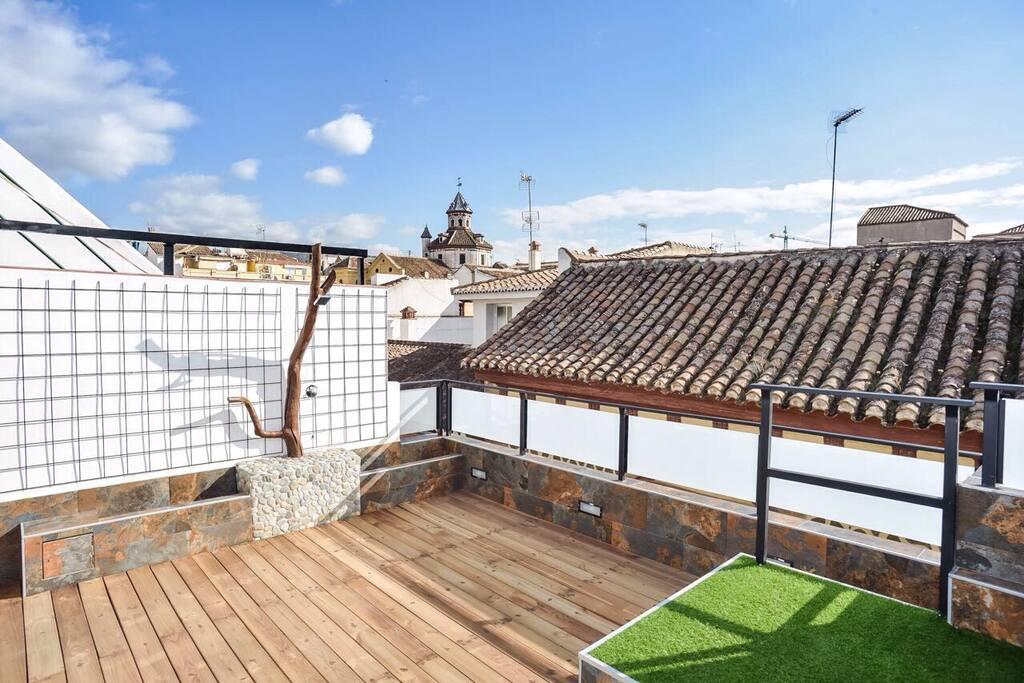 Aparte de unas maravillosas vistas de la ciudad de Granada nuestra terraza les ofrece un diseño único para poder disfrutar de su exterior, equipada con una ducha de diseño y un solarium natural.