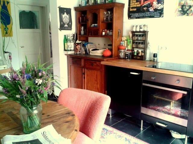 Cosy room in bright apartment - München - Lägenhet