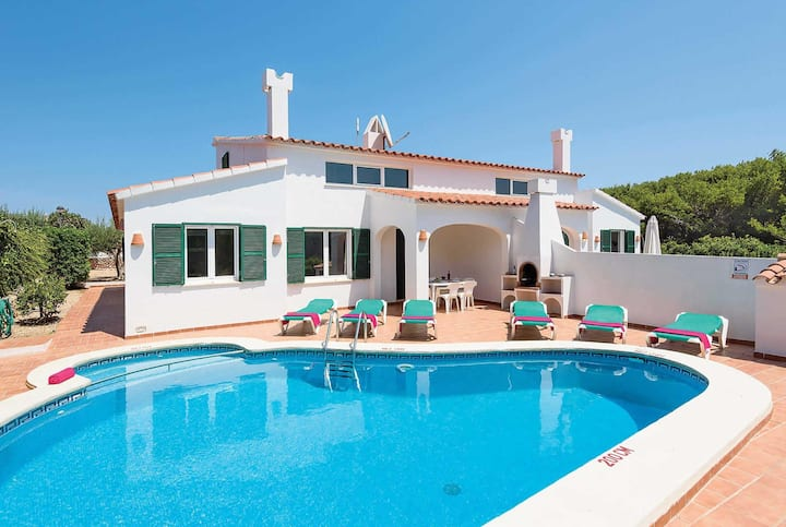 Traditional villa with private pool,close to town