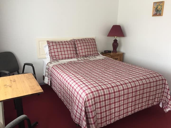 Cozy Queen Room 2