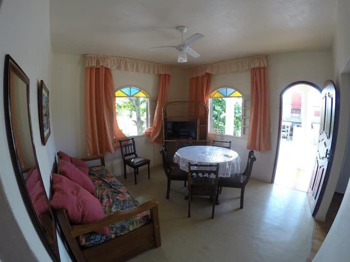 Spacious 2 bedroom apartment 50m from the beach