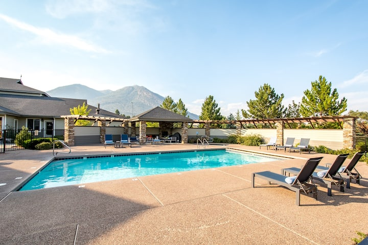 Mountain Getaway W/ Pool close to downtown/Trails