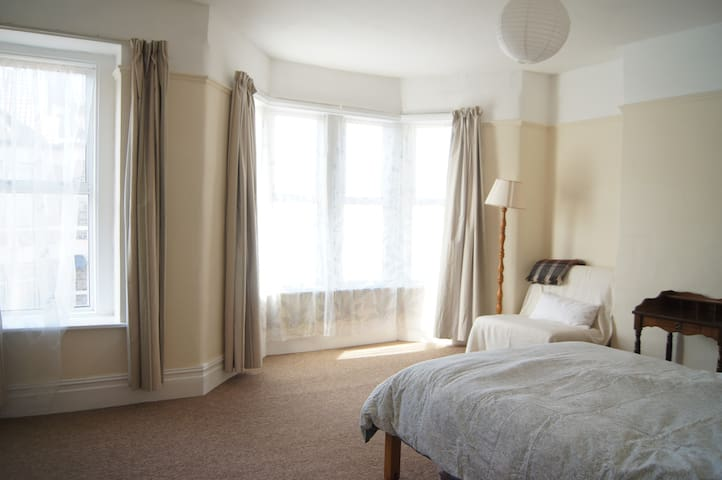 Spacious double room in a family home - Bristol - Casa
