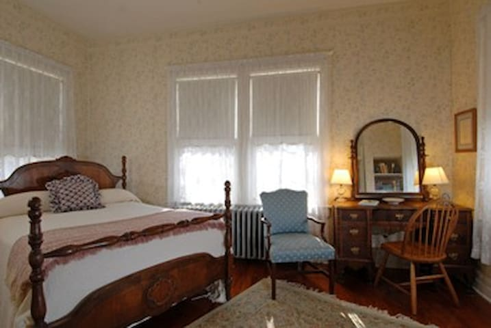 Grey Swan Sunny Room w/Vintage decor, Bkfast incl - Blackstone - Bed & Breakfast