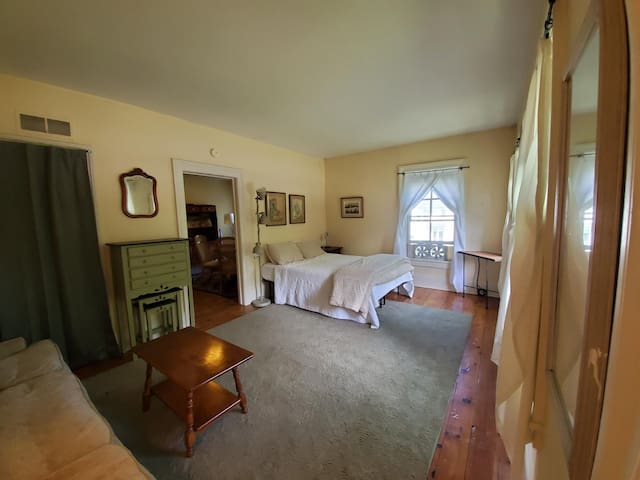 Large Cooperstown Village Apartment