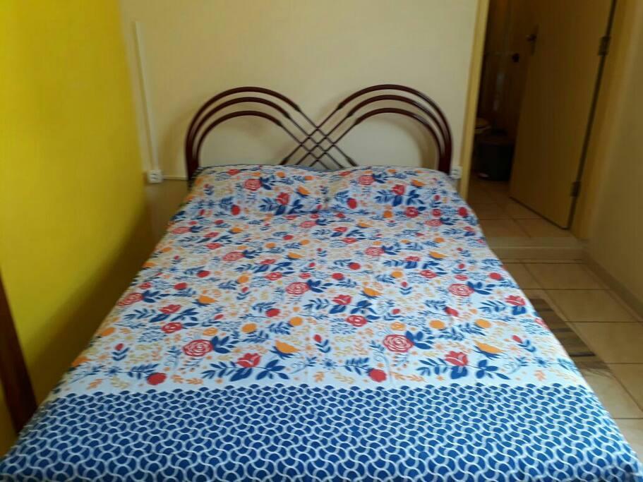 Enxoval lencol de elastico, lencol de cobrir, colcha sobre a cama,  duas fronhas, duas toalhas de corpo e duas toalhas de rosto .