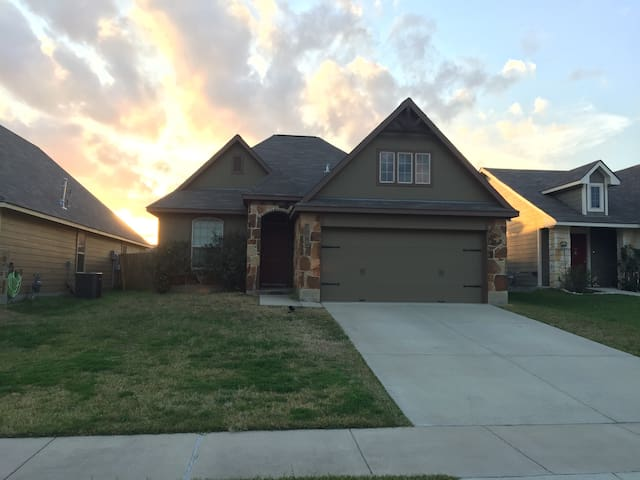 Beautiful Family Home in South College Station - College Station - House