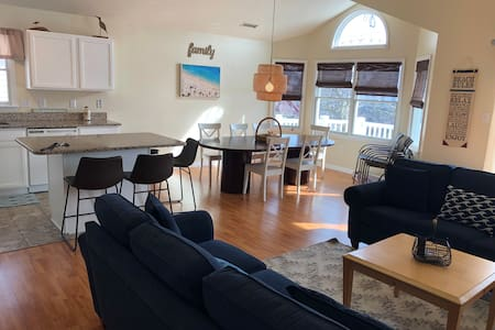 Gorgeous condo just 3 blocks from boardwalk!