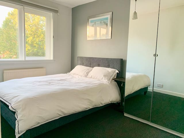 Double room with own small shower in Poplar E14