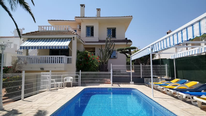 Fantastic villa, 5 bdr with pool & 200M to beach