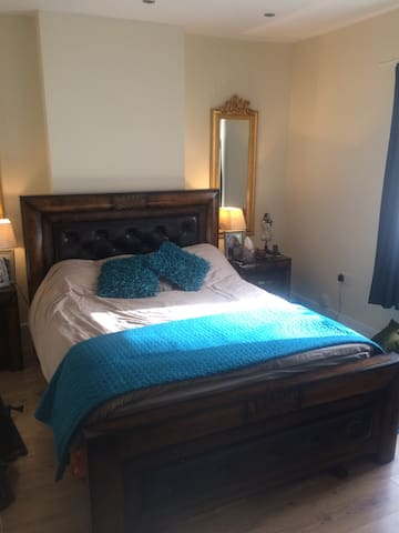Double bed, ensuite bath, open fire - Smethwick - 獨棟