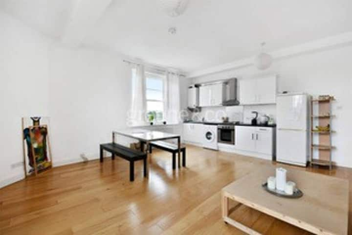 GORGEOUS, Light-Filled 2-bed Flat!