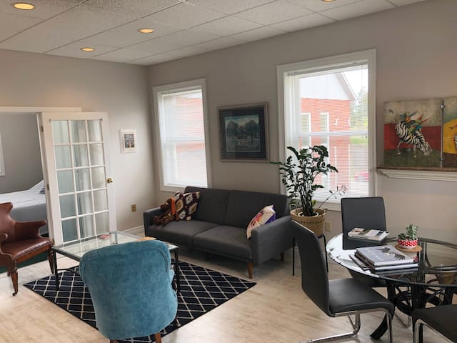 Bright 2 BR Apartment in Charming Campbellville