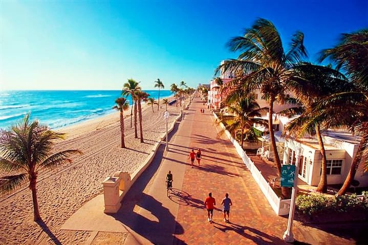 GETAWAY TO HOLLYWOOD BEACH! 2-BEDROOM AVAILABLE