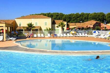 villa rez de jardin, mer, piscine chauffée etc...