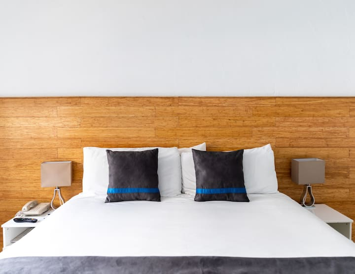 Aqua Hotel and Suites, Jr. Suite One King