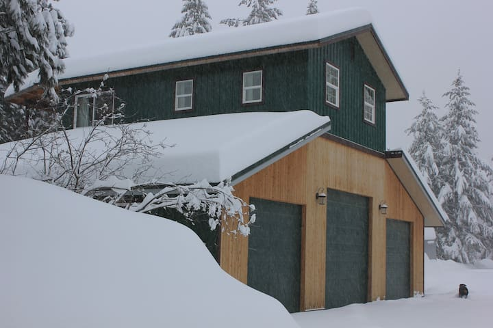 SNOW CREEK CANYON B & B--Patriot Room