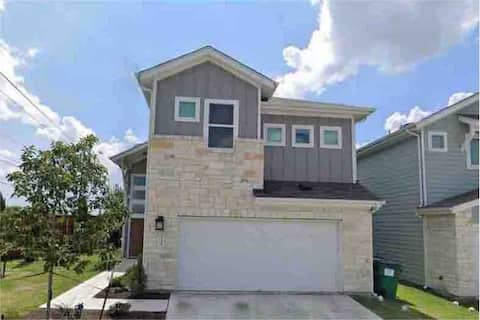 Modern house in gated community, <10 min downtown!