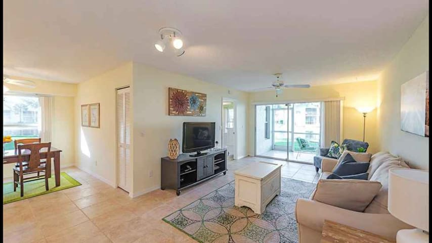 1st Floor Lake View Condo-minutes to the beach