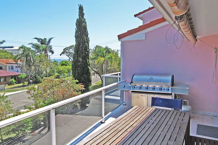 3 'Frangipani', 30 Leonard Avenue - great townhouse with air con