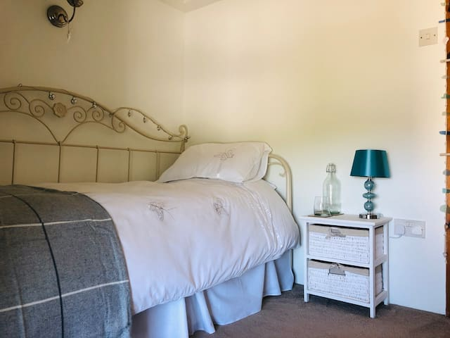 Charming room with stunning views, close to Truro