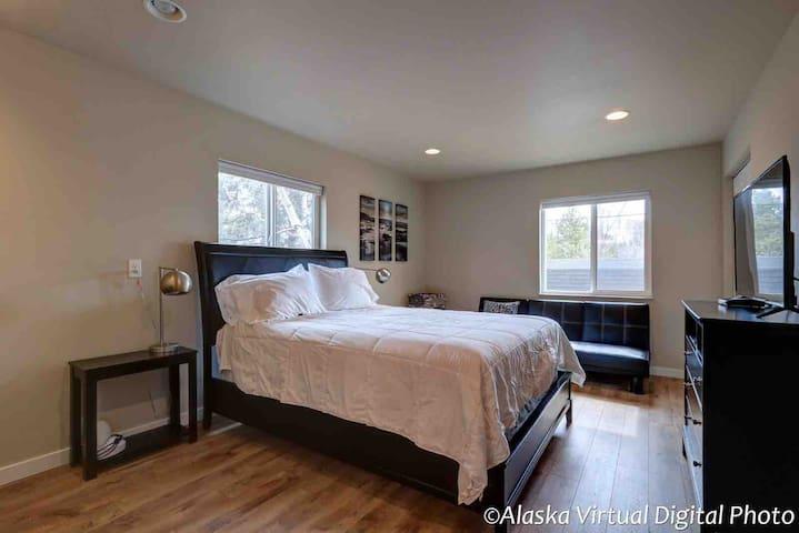 Quiet: Private 2 bed/2 bath home, prime location
