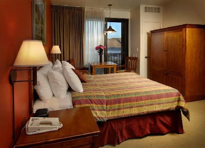 The Lodge at Stillwater Queen bed hotel room - Heber City - Andre