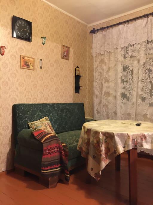 Уютная столовая, совмещённая со второй спальней