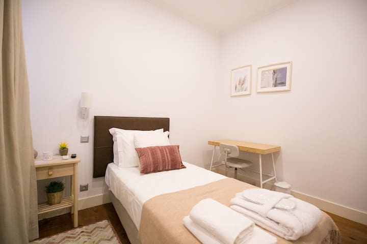 Bhuiyan family host 3 single room (Lisbon center)