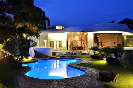 Spectacular 4BR Villa with Pool-Raffis Way - Tagaytay