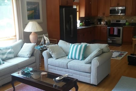 NORTH FORK GETAWAY - RELAX IN 2 BR/1 BTH PRIVACY - Greenport